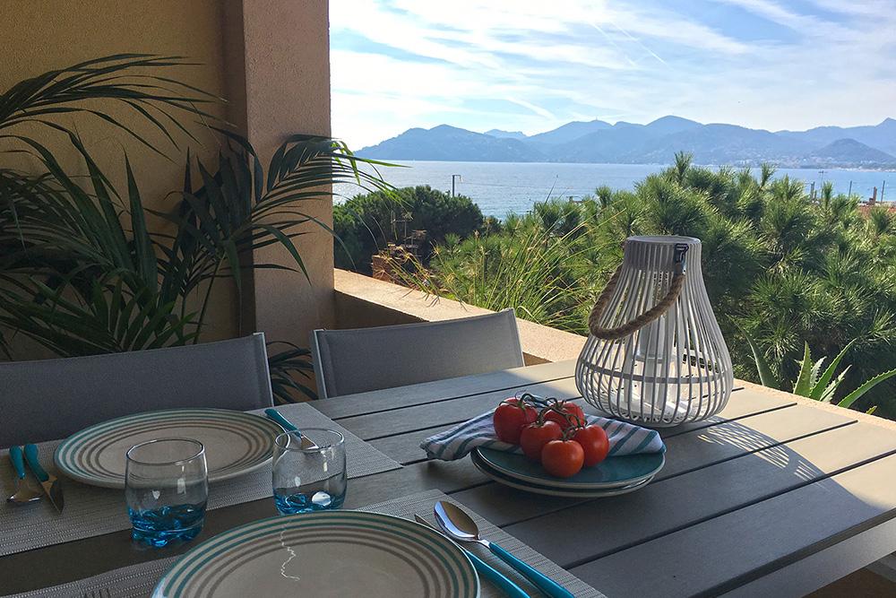 La location saisonnière redéfinit la conciergerie à Cannes